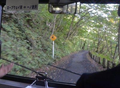 バス車内で見た一ノ倉沢へ向かう登山道