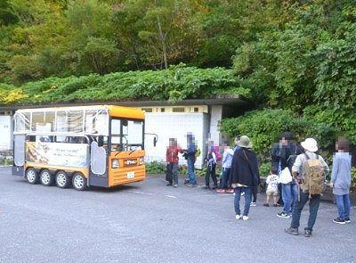 一ノ倉沢のバス停で待ってた観光客の列