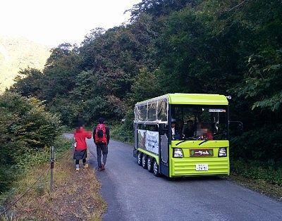 登山道で電気バスとスレ違うところ