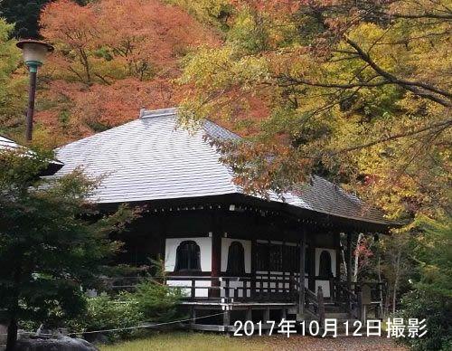 紅葉の温泉寺の様子