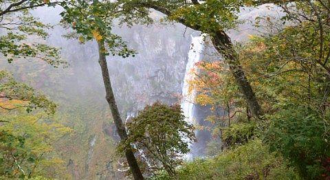 店横の柵から見た秋の華厳の滝