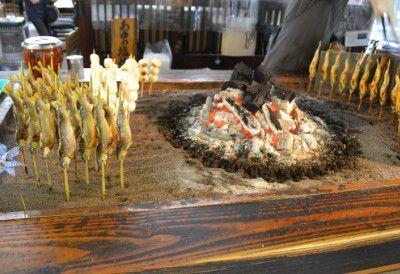 鮎と団子を焼いてるところ