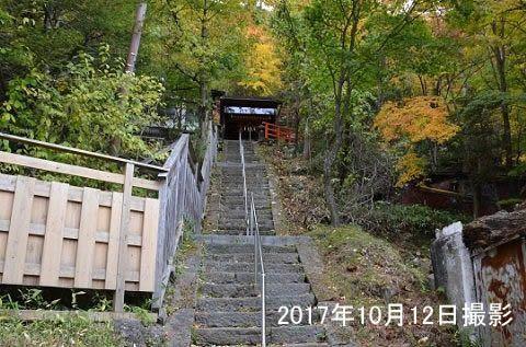 紅葉時期の温泉神社