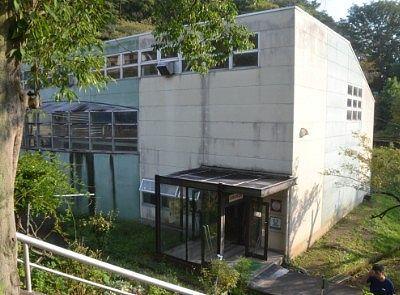 熱帯蛇類温室の外観