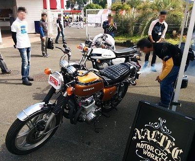 白い煙を出しながら爆音のバイクの姿
