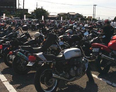 バイクだらけの駐車場の様子