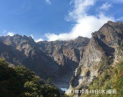 青い空と雲と岩山