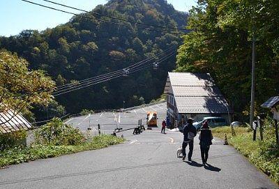 谷川岳登山指導センター前の道路の様子