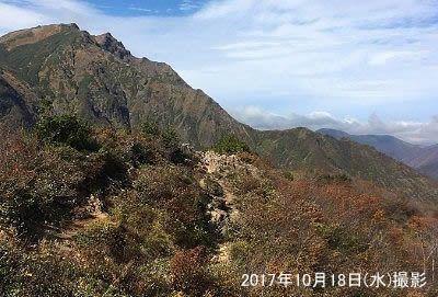 谷川岳山頂に続く登山道と紅葉が終わった景色