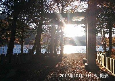 鳥居の中に夕日の太陽